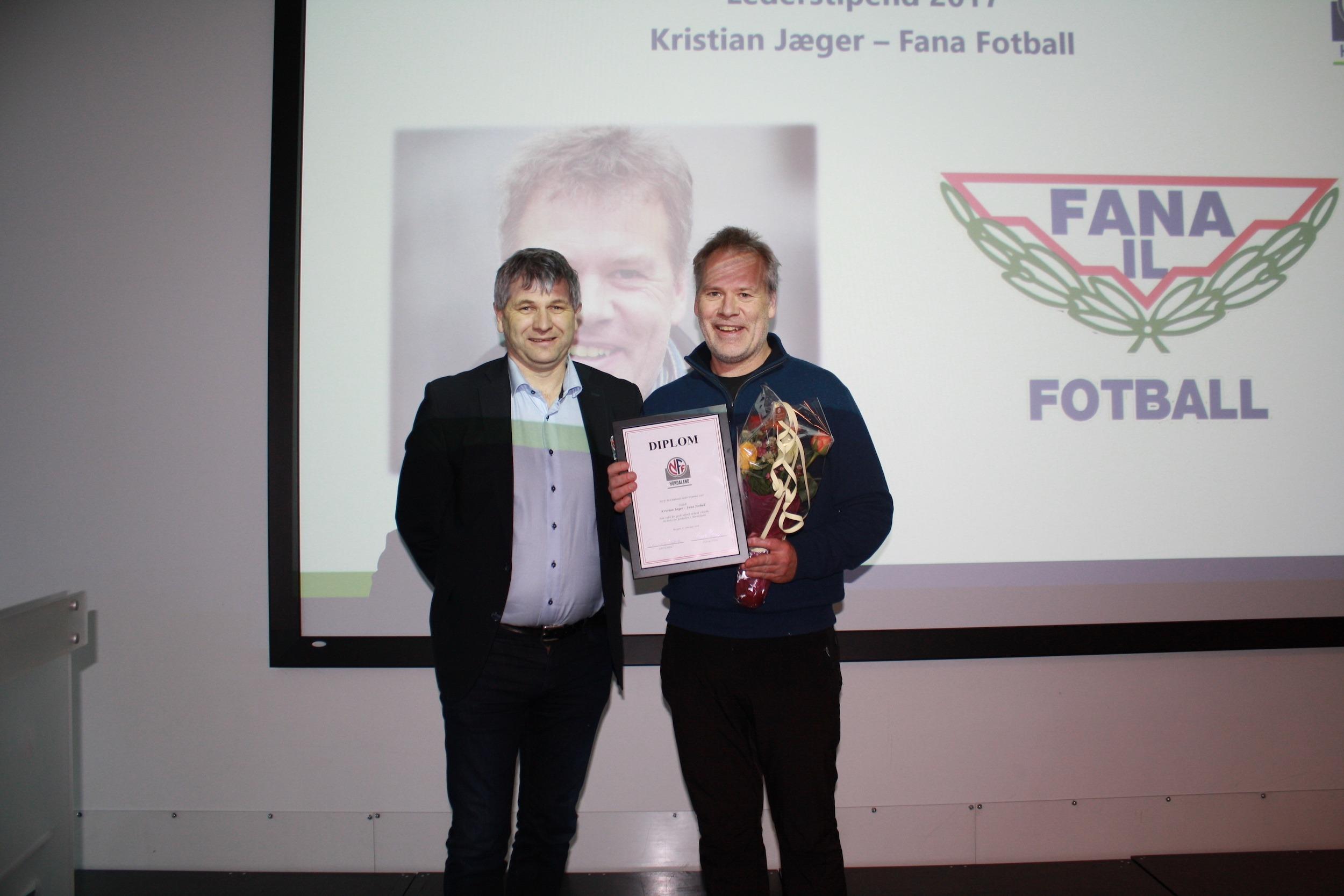 Kristian Jæger mottar diplom av NFF Hordaland
