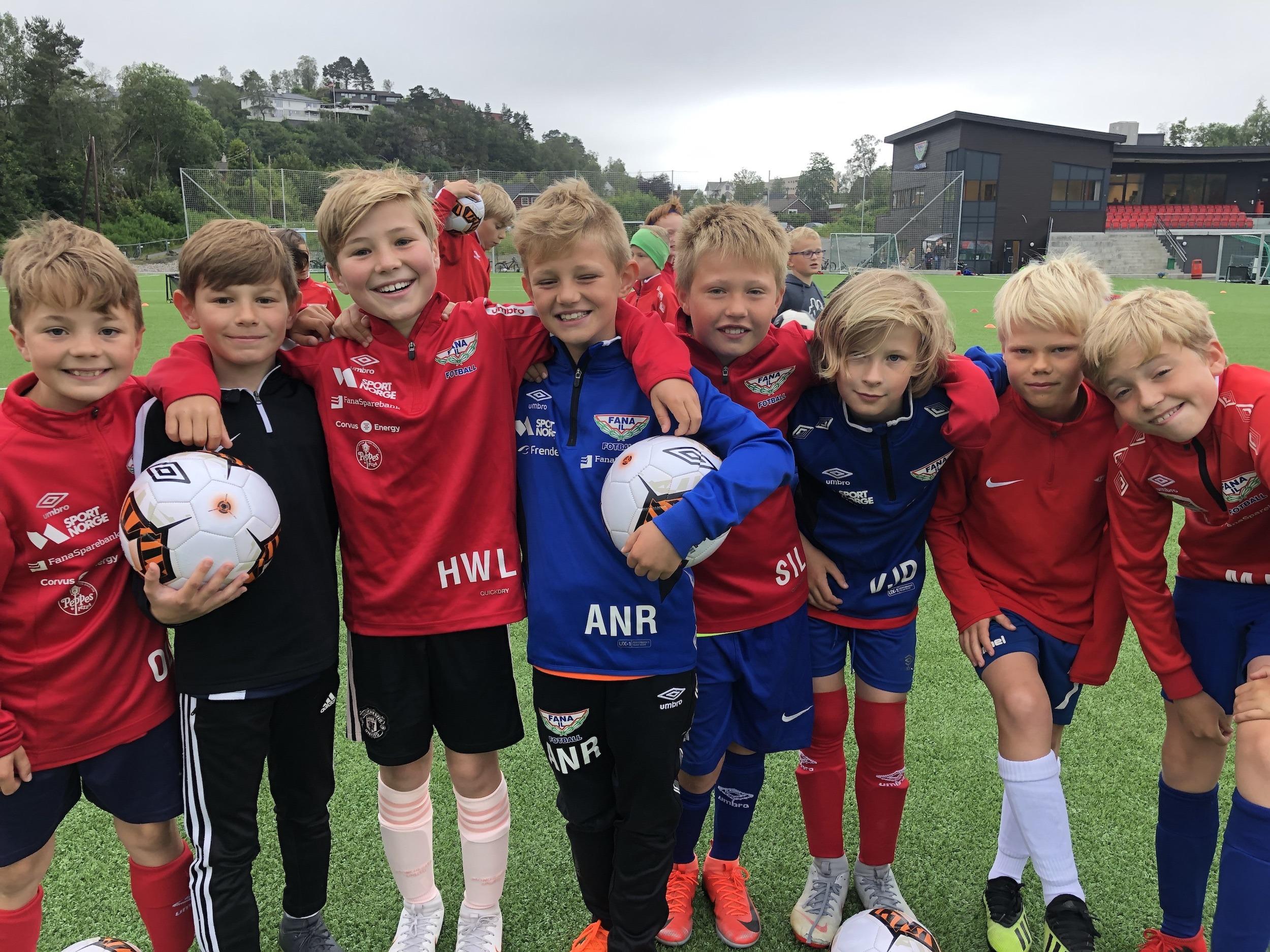 En gruppe unge fotballspillere