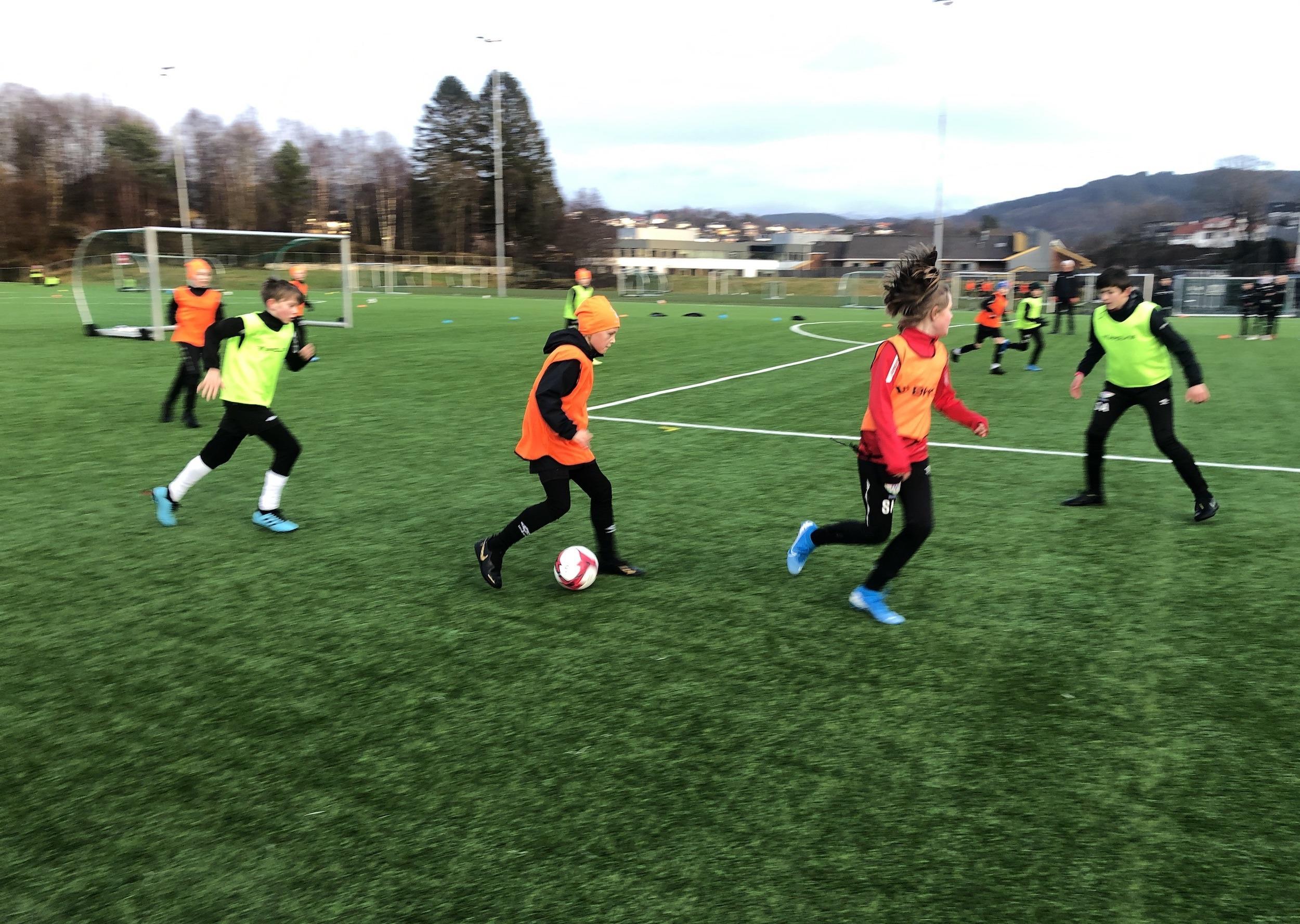 Unge fotballspillere trener